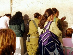 800-women-praying-kotel-Israeli-soldiers-600x450