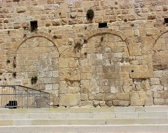 Eastern_gate_of_huldah_L-1-600x473